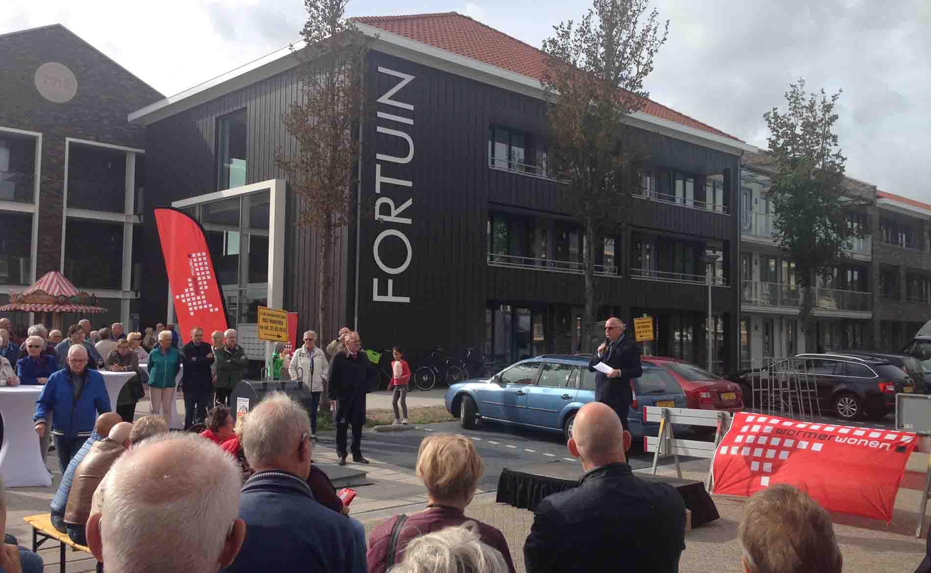 opening van de Molenbuurt in Wormer met energieneutraal appartemengebouw Fortuin van BBHD architecten