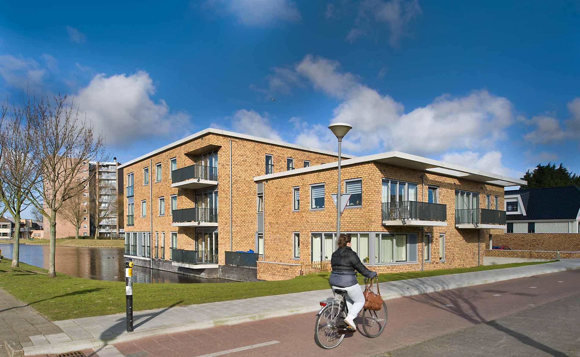 architect woningbouw Brugwoningen appartementen ouderenhuisvesting modern urban villa Heemskerk BBHD architecten WoonopMaat